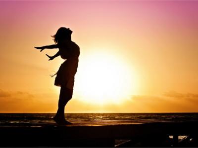 Femme en Plein-Être devant un lever de soleil