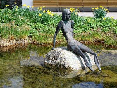 sculpture de femme trop maigre